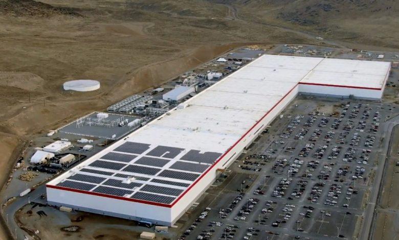 يقوم Elon Musk بإلقاء نظرة خاطفة على أجهزة الصراف الآلي Bitcoin في Tesla Gigafactory